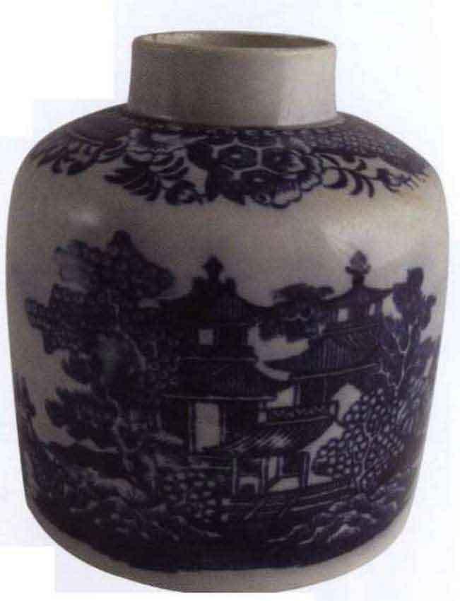 Эта коробочка для чая из фарфора с перламутровой глазурью из Стаффорда конца восемнадцатого века имитирует драгоценную экспортную китайскую сине-белую емкость. После восемнадцатого века английскими гончарнями было изготовлено бесчисленное количество вариантов сине-белых керамических изделий.