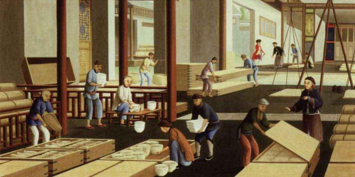 На картине девятнадцатого века отображено как бережно упаковывают фарфор. Мужчина слева насыпает в коробку песок, чтобы пиалы не разбились во время транспортировки.