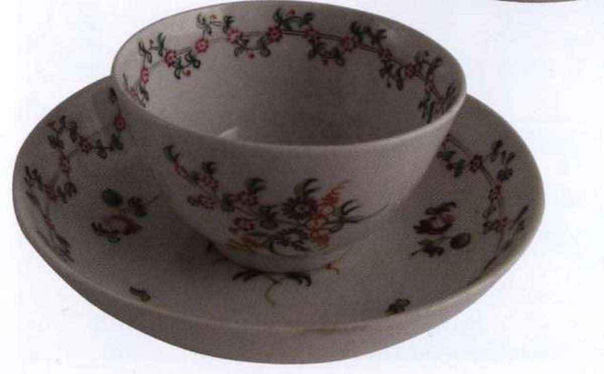 На протяжении семнадцатого века и большей части восемнадцатого века чайные кружки (или пиалы) были без ручек, как эта пиала New Hall 1795г. Чашки с ручками начали появляться в 1750-х гг., но для того, чтобы они стали нормой понадобилось более пятидесяти лет.