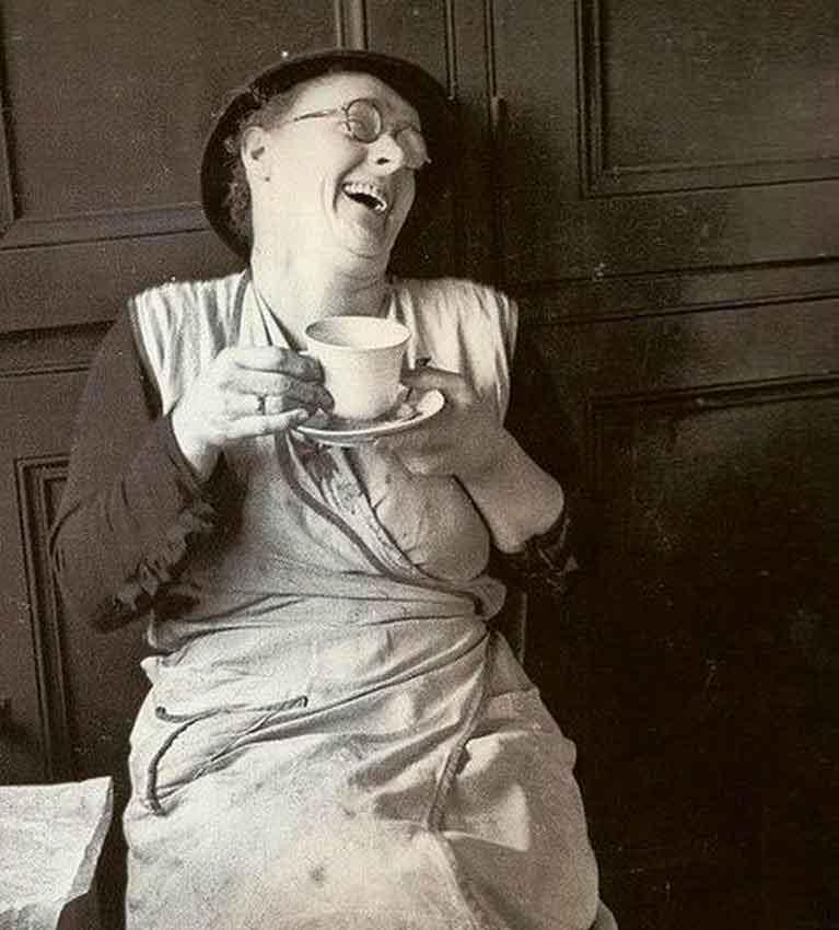 Ироничный юмор и любовь к чаю являются неотъемлемыми качествами англичан. В среднем на человека англичане выпивают 6 чашек в день, опередив китайцев, как самых больших потребителей чая в мире.